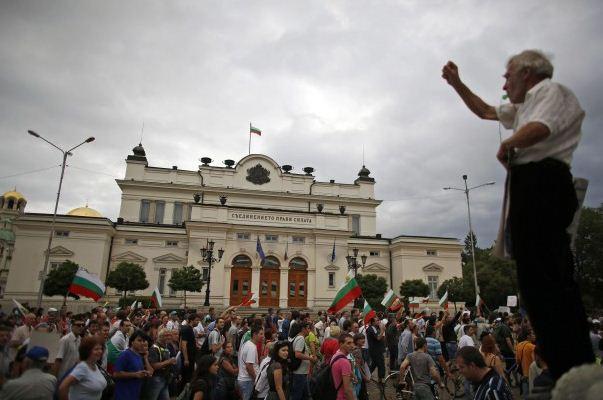 Tua Muda Beraksi Massa di Depan Parlemen Bulgaria